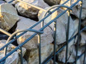 Die Steinmauer aus Gabionen