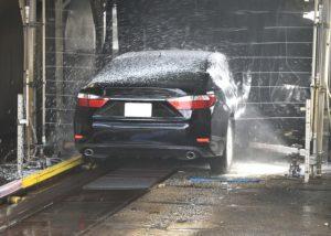 Zu hause ode in der waschanlage das Auto waschen
